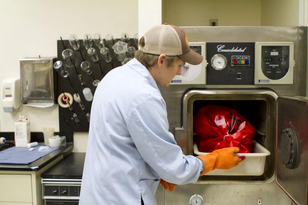 Le laboratoire MSR est référencé par l'agence américaine de l'environnement (Environmental Protection Agency) en tant que laboratoire de sécurité biologique de niveau 2, autorisé à cultiver ses propres agents pathogènes vivants. Zac met des éléments contaminés biologiquement dans l'autoclave pour stérilisation.