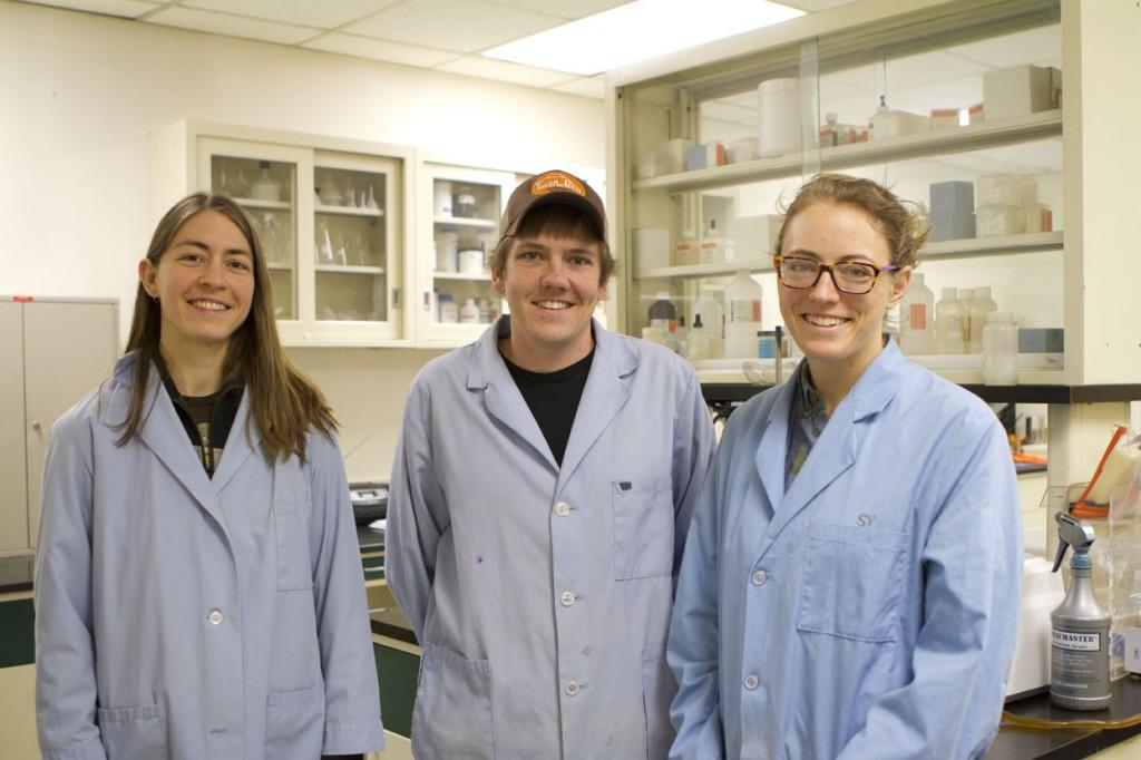 """En cumulé, les sept scientifiques du laboratoire MSR de l'eau disposent de plus de 55 ans d'expérience en recherche sur le traitement de l'eau. Sur la photo : Jenna, Zac et Shannon. """"La chose la plus motivante pour moi est de faire partie d'un projet qui permet d'aider un vaste réseau de partenaires, très variés, (nous approchons les 100), dans la réalisation de leurs propres succès de développement. J'adore aider les autres ; il n'y a rien de plus satisfaisant que de se sentir faire partie d'une belle histoire, même si on joue derrière la scène.""""—Zac Gleason"""