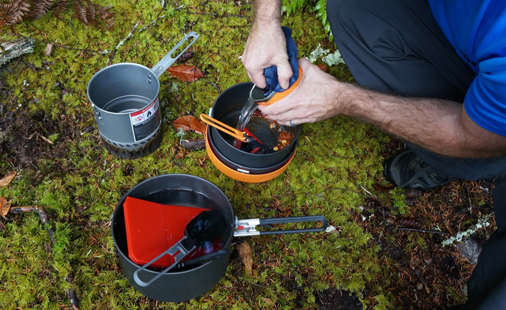how to wash dishes while camping