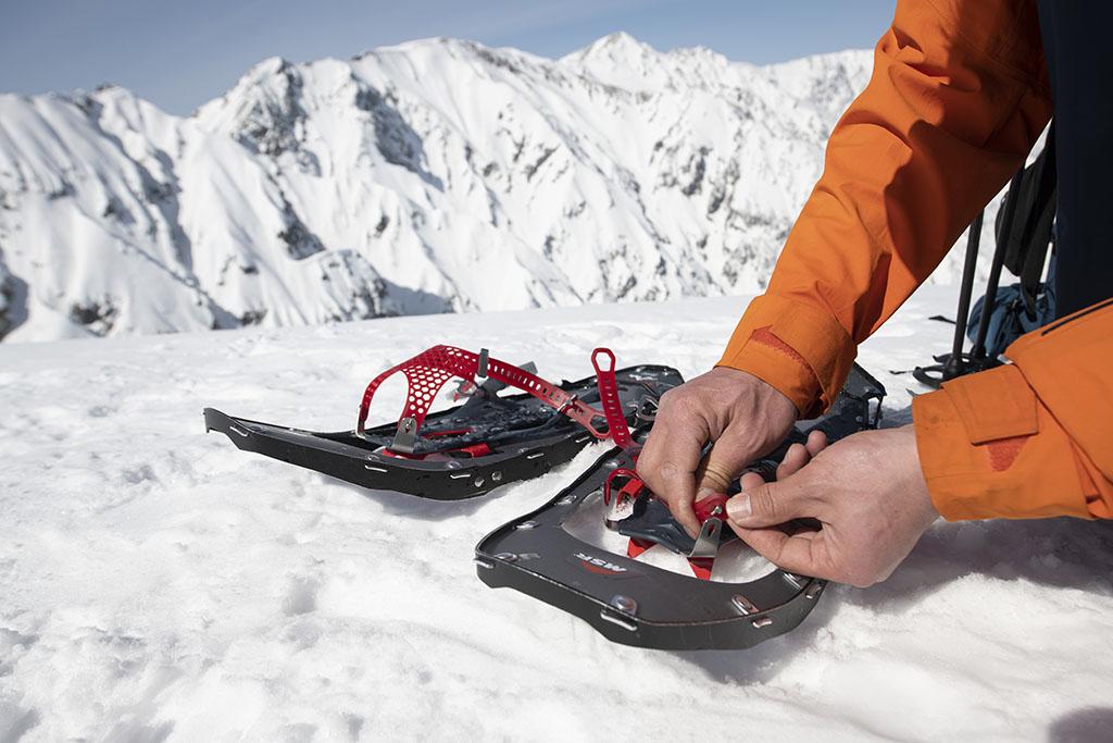 adjusting snowshoe binding